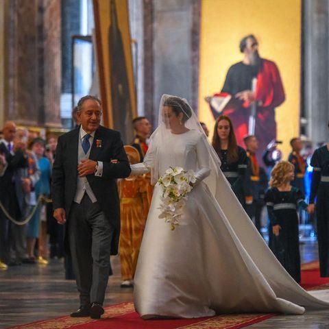 Victoria Romanowna Bettarini schreitet an der Seite ihres Vaters um Altar.