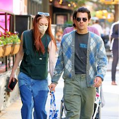Dassdas Traumpaar Sophie Turner und Joe Jonas für ihren sonntäglichen Spaziergang mit Töchterchen Willa bei ihrer Kleidungeher auf Gemütlichkeit statt auf Style geachtet haben, ist offensichtlich. Farblich in Blau und Grün gehalten, wird aber selbst dieser lockere Feel-Good-Look zum 1A-Partner-Outfit.