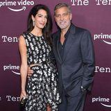 Amal Clooney und George Clooney posieren auf dem Red Carpet für die Fotografen.