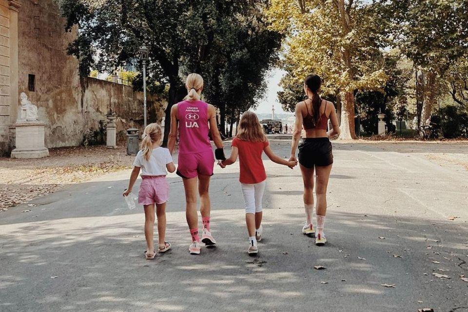 4. Oktober 2021  Welche vier Grazien hier durch den Park der Villa Borghese in Roma spazieren? Michelle Hunziker und ihre drei Töchter Celeste, Sole und Aurora bilden die sportliche Gang, die den Spätsommertag in einem der schönsten Parks der italienischen Hauptstadt genießen. Michelles Älteste (r.) postete dieses schöne Bild der Familiendamen auf Instagram.