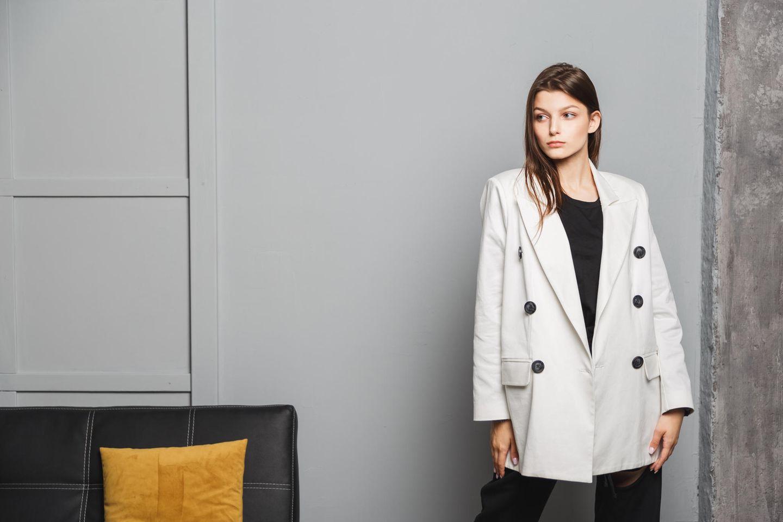 Herbst-Outfit 2021: Junge Frau im muskulinen Blazer, weiter weißer Blazer