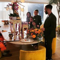 1. Oktober 2021  Mit einem buddhistischen Segen gedenken Chrissy, John, Luna Miles und Oma Vilailuck ihrem in der 20. Schwangerschaftswoche verlorenen Sohn. Ein Jahr zuvor hatte Chrissy die tragische Fehlgeburt erlitten, und der Verlust ist für die gesamte Familie noch spürbar schmerzhaft.