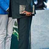 Königin Letizia trägt zu dem elegant anmutenden Outfit auffällige Pumps in Schlangenleder-Optik und beweist wieder mal ihr modisches Gespür. Abgerundet wird der Look durch einemit Nieten versehene Clutch im gleichenMuster.