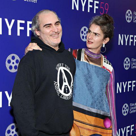 """Huch?! Wie es aussieht, ist selbst KolleginGaby Hoffmann vonJoaquin Phoenix' gewagtem Haarstylingirritiert. Die beiden promoten beim New Yorker Filmfestival gerade ihren neuen Film """"C'mon, C'mon""""."""