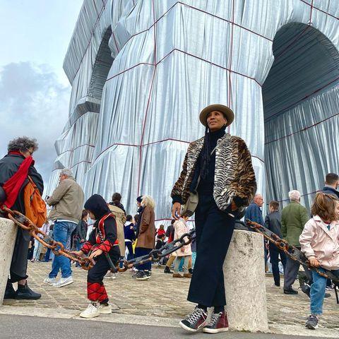 Dieses Highlight hat sich Barbara Becker nicht entgehen lassen:Kurz bevor der Pariser Arc de Triomphe wieder ausgepackt wurde, lässt sie sich noch vom Mega-Projekt des bereits verstorbenen Künstlerpaars Christo und Jeanne-Claude begeistern. Den zwei Wochen lang eingehüllten Triumphbogen besuchten über 800.000 Menschen.