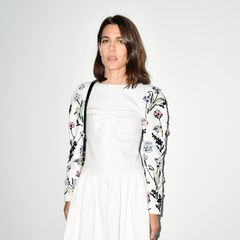 Als Markenbotschafterin ist Charlotte Casiraghi bei der Fashion-Show von Chanel in Paris natürlich der Star-Gast. Und das weiße Kleid mit floralen Applikationen an den Ärmel lässt sie auch so richtig erstrahlen.