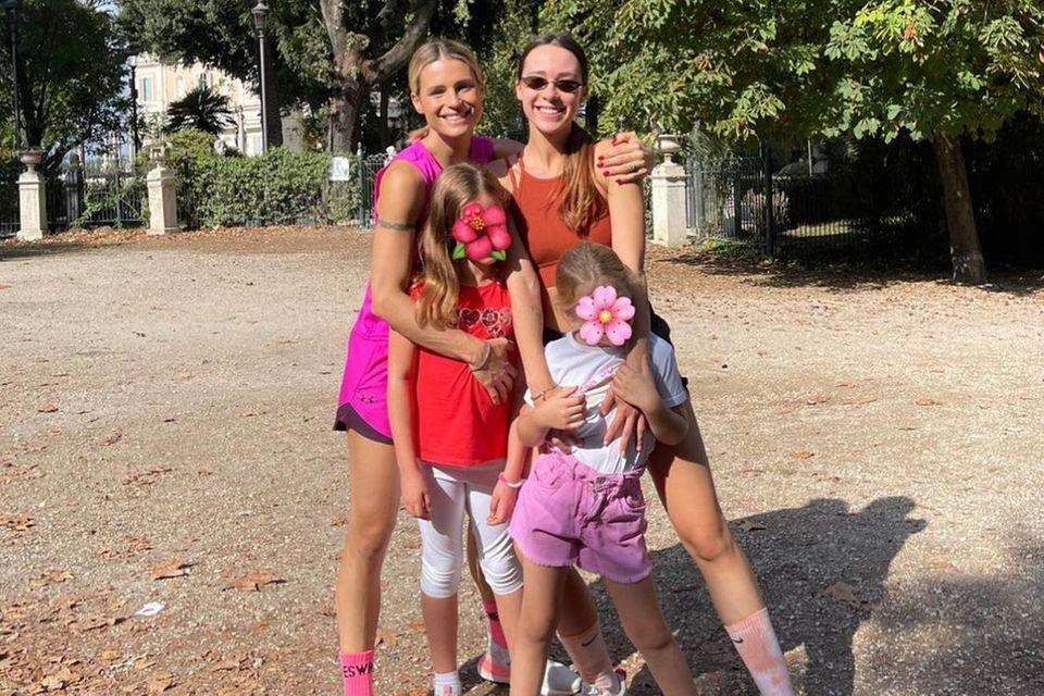 Michelle Hinziker posiert mit ihren drei Töchtern Aurora, Sole und Celeste für ein Foto.