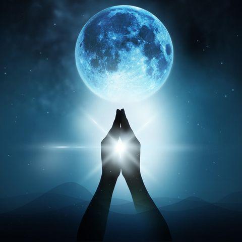 Betende Hände vor einem Mond