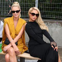 Im September 2021 werden Nicky und Paris Hilton bei der New York Fashion Week abgelichtet. Stylisch gekleidet und mit XL-Sonnenbrillen im Gesicht sitzen die Schwestern in der Front Row – nicht mehr im Partnerlook, aber dennoch supermodisch!