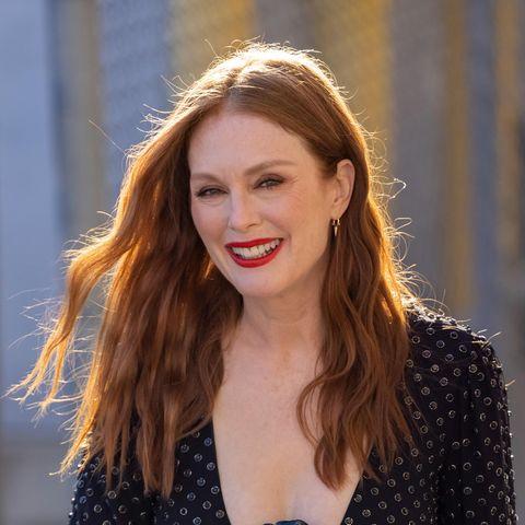 Julianne Moors Haare schimmern rot-gold in der Sonne