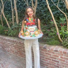 Löwenstark! Mit einer Geburtstagstorte im wilden Safari-Style feiertMiranda Kerr den zweiten Geburtstag von Söhnchen Myles. Der jüngste Spross der Familie kann sich aber nicht nur über die große und aufwendig dekorierte Torte freuen: Denn Miranda und Ehemann Evan Spiegel lassen ihren Sohn außerdem beieiner Gartenparty mitjeder Menge Safari-Luftballons und Blumen hochleben.