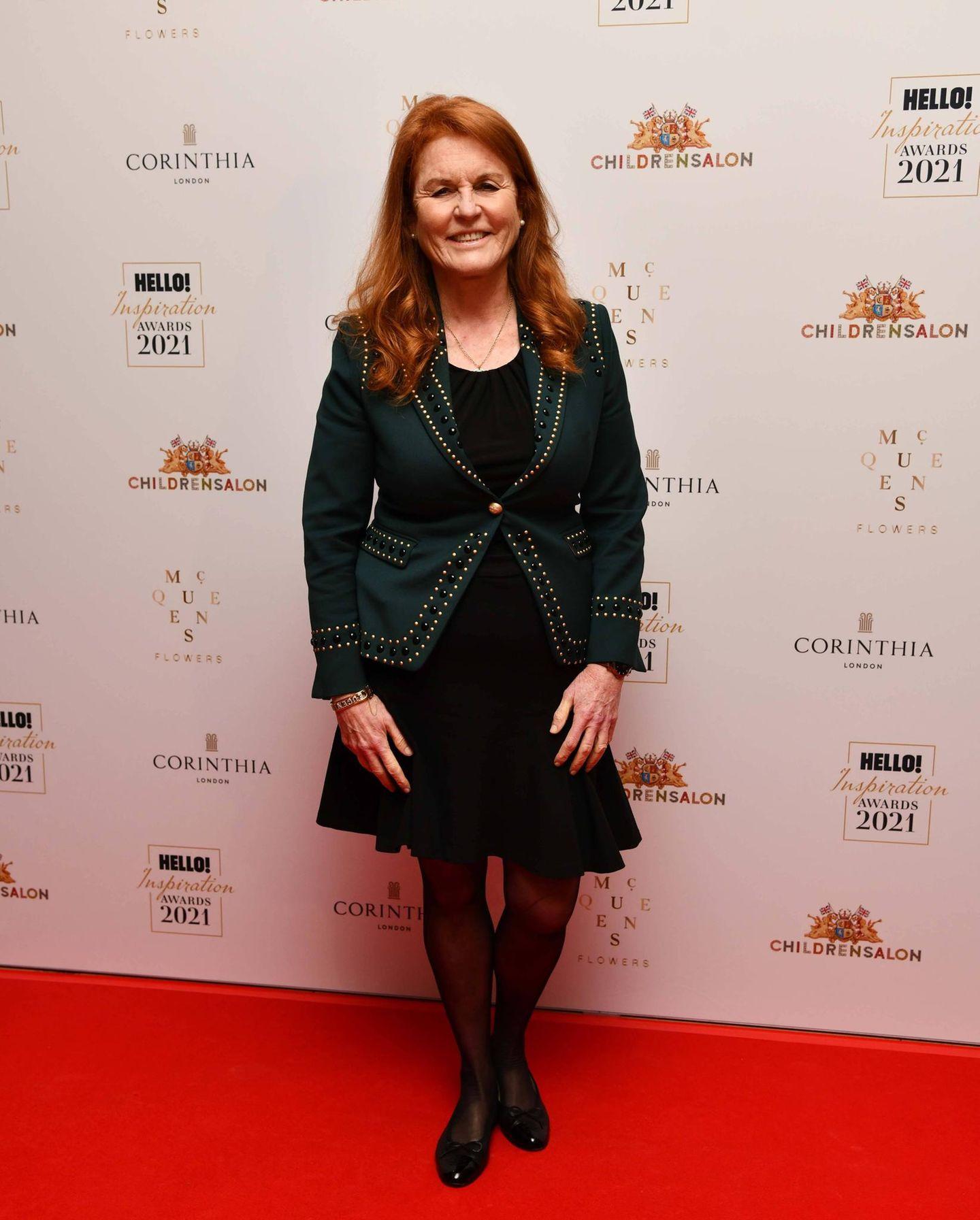 Sarah Ferguson, Herzogin von York, besucht die Preisverleihung des ''Hello! Inspiration Awards'' in London. Auf dem roten Teppichzeigt sie sich in einem rockig anmutenden Outfit aus schwarzem Kleid, glänzendenBallerinas und dunkelgrünem Blazer, der mit goldfarbenen Nieten besetzt ist. Beim Make-up hält es die 61-Jährige dezent, ihre rot schimmernden Haare sind in sanften Locken gestylt. In Sachen Schmuck greift die Ex-Frau von Prinz Andrewzu einer feinen Halskette, einem goldenen Armband und klassischen Perlenohrringen.