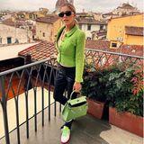 Victoria Swarovski posiert auf einem Balkon.