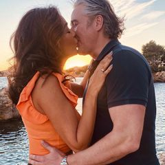 Schwer verliebt nach 21Jahren Beziehung: Verona und Franjo Pooth liefern den Beweis dafür, dass das möglich ist. Das Paar turtelt, was das Zeug hält. Wie zwei verknallte Teenager küssen sich die beiden vor der untergehenden Sonne Mallorcas. Ein Liebesglück für die Ewigkeit!