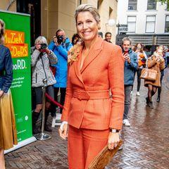 Königin Máxima hat ihren Lieblingsdesigner gefunden. Ihr orangefarbenerZweiteiler mit Hahnentrittmuster von dem Luxuslabel Natan Couturemacht gute Laune, nicht nur bei der sympathischen Frau von König Willem-Alexander.