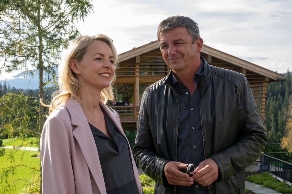 Die schwangere Franziska (Simone Hanselmann) will sich in Ellmau niederlassen. Martin (Hans Sigl) steht zwischen den Stühlen