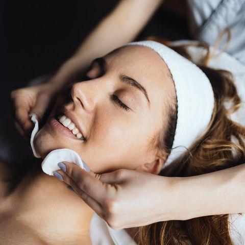 GLOSSIP: Das 1x1 der Hautpflege: Frau in Beauty-Behandlung