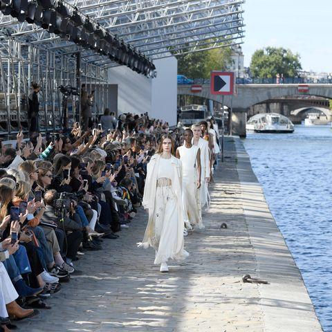 Très très chic: Die Trends der Paris Fashion Week: Models auf Runway