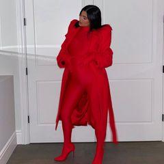 Kylie Jenner posiert vor einer Tür für ein Foto.
