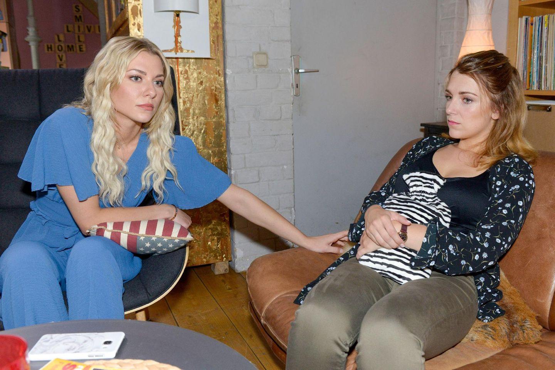 Sunny (Valentina Pahde, l.) und Lilly (Iris Mareike Steen) können sich Philips Sinneswandel nicht erklären