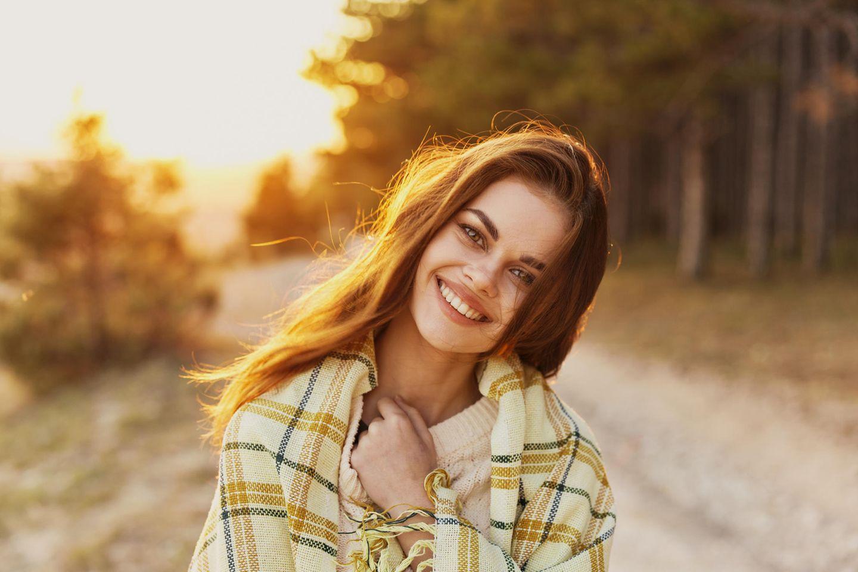 Horoskop:Eine fröhliche Frau im Herbst
