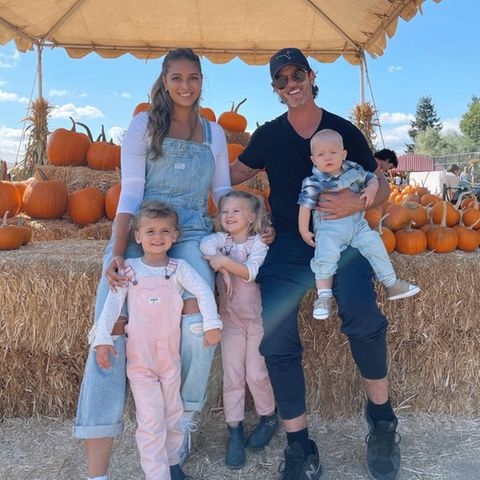 April Love Geary, Robin Thicke und ihre drei süßen Kids Mia, Lola und Luca sind schon voll in Halloween-Stimmung, die Vorbereitungen aufs Fest lassen sich schließlich auch bestens mit einem Familienausflug auf eine Kürbisfarm verbinden. Da ist für jede Größe daspassendedekorative Gemüse dabei.