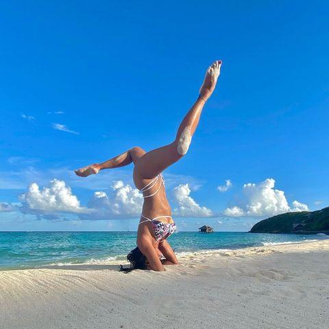 """""""Gleichgewicht ist nicht etwas, das man findet, sondern etwas, das man erschafft"""". Und wie es aussieht, kann Yoga-Fan Nicole Scherzinger das ganz hervorragend. Besonders an so einem Traumstrand."""
