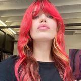 Für diese Verwandlung braucht es eine gehörige Menge Mut. Georgia May Jagger trennt sich von ihrer weizenblonde Mähne und taucht ihre Haare stattdessen in ein leuchtendes Rot mit goldfarbenen Akzenten. Ein absoluter Hingucker!