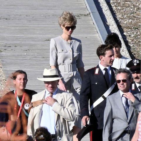 """Diese Ähnlichkeit ist wirklich verblüffend! Am Set der fünften Staffel von """"The Crown"""" im spanischen Baleo Claudia ist Elizabeth Debicki in der Rolle von Prinzessin Diana (†) zu sehen. Ein gutes Casting und hervorragende Masken- und Kostümbildner können tatsächlich für solche Gänsehaut-Momente sorgen."""