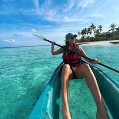 Laura Wontorra genießt ihr Leben derzeit auf den Malediven. Im Kanu mit durchsichtigem Boden hat sie den vollen Durchblick bei ihrer Paddeltour durchs Paradies.