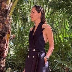 """Wow, so sehen wir Ana Ivanovic nicht allzu oft. Setzt derTennis-Star gerne auf sportliche Looks, wählt er diesmal ein raffiniertes Blazerkleid ohne Ärmel, mit hohem Beinschlitz mit tiefem Rückenausschnitt. Dazu trägt Ana beigefarbene Sandalen. """"Ich mochte diesen Look sehr.Manchmal müssen wir uns in der Mode ausprobieren, um zu wissen, was uns gefällt"""", schreibt sie dazu. Besonders cool: Die zurückgegelten Haare unterstreichen den Trend-Look perfekt."""