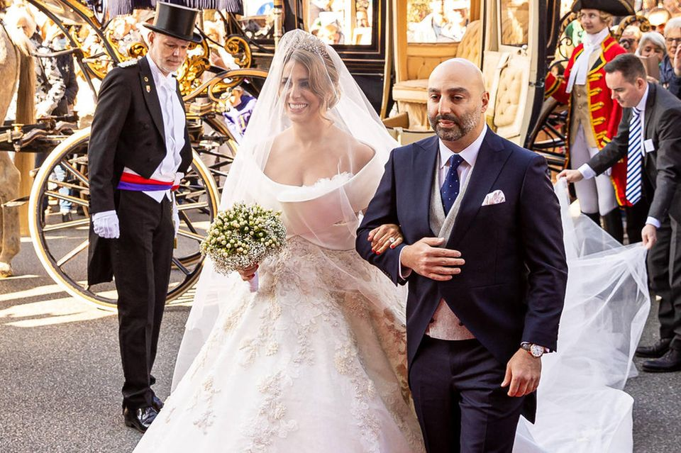 Die wunderschöne Braut Mahkameh Navabi wird von ihrem Bruder Nader zurkirchlichen Trauung mit Alexander Fürst zu Schaumburg-Lippe geführt