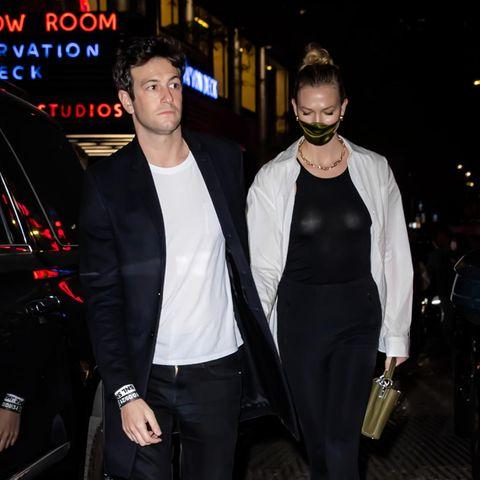 Karlie Kloss und Ehemann Joshua Kushner genießen eine entspannte Datenight und werfen sich dafür in lässige Outfits im Partnerlook. Während das Model auf schwarze Hose und Shirt setzt und dazu ein weißen Hemd kombiniert, greift sein Ehemann zu einem weißen Shirt mit schwarzer Jacke. Also wenn das nicht mal 1A zusammen harmoniert ...