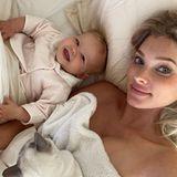 """Kuschelzeitmit Kind und Katze: Topmodel Elsa Hosk postet dieses bezaubernde Bild ihrer """"besten Freundin"""", TöchterchenTuuli.Die drei haben es sich am Wochenende im Bett so richtig gemütlich gemacht."""