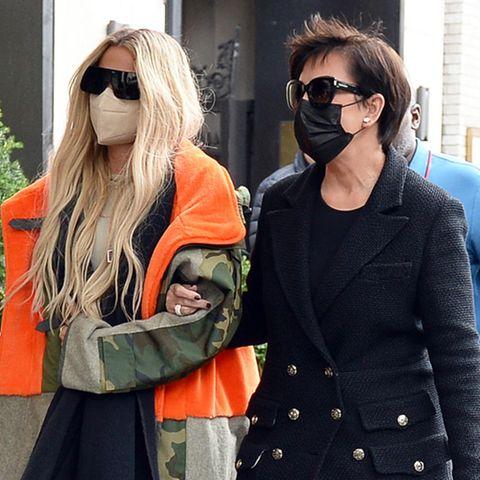 So ganz unterschiedlich in Sachen Mode unterwegs sind Khloé Kardashian und Kris Jenner. Das Mutter-Tochter-Gespann schlendert durch New York – Khloé in weiten Jeans, Sneakernund mit XXL-Parka, Kris im eleganten Kurzantel und mit Lederboots. Scheint, als seien sich die Realitystars in einer Sache mal nicht ganz einig ...