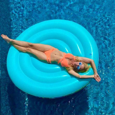 """Sonya Kraus bereitet sich auf den kommenden Winter vor und tankt noch mal eine Portion Vitamin D. """"Frau Kraus auf der Ladestation"""", schreibt die Moderatorin zu diesem Urlaubs-Bild, auf dem sie es sich auf einer Luftmatratze im Pool gemütlich gemacht hat. Dazu trägt sie einen apricotfarbenen Bikini, der ihre trainierte Figur toll in Szene setzt."""