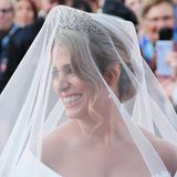 Wunderschön und doch etwas aufgeregt strahlt die Braut vor der kirchlichen Trauung unter ihrem Schleier. Diadem und Perlenohrringe bringen sie noch zusätzlich zum Leuchten.