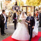 Makhameh,die bei ihrer standesamtlichen Hochzeit am 12. September 2020 noch auf ein schlichtes weißes Kleid setzte, trägt nun einen wahr gewordenen Traum in Weiß. Das Kleid ist mit aufwendigen Stickereien verziert und besticht durch einen tiefen U-Boot-Ausschnitt und Endlos-Schleier.
