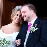 Kein Kuss, standesamtlich verheiratet sind die beiden schließlich schon seit über einem Jahr, aber freudiges Strahlen ist auf den Gesichtern des Brautpaars zu sehen.
