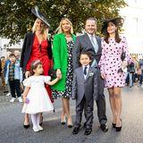 Charles Graf von Faber-Castell trifft mit Ehefrau Melissa (r.), ihren zwei bezaubernden KindernCarla und Leonhard und seinen SchwesternVictoria Gräfin von Faber-Castell (l) und Sarah Gräfin von Faber-Castellfür diekirchliche Hochzeitinder Bückeburger Stadtkirche ein.