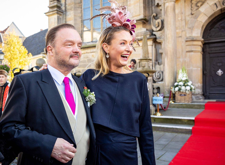 Rund ein Jahr nach der standesamtlichenTrauunggebensichAlexander Fürst zu Schaumburg-LippeundMahkameh Navabi in der Stadtkirche in Bückeburg nun auch kirchlich dasJawortgegeben. Vor Eintreffen der Kutsche wartet der Bräutigam zusammen mit seiner Ex-FrauLilly Prinzessin zu Sayn-Wittgenstein-Berleburg gespannt auf seine schöne Braut.