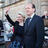 Zum Abschied winkt auch Hochzeitsgast Ursula von der Leyen mit ihrem Heiko dem Brautpaar zu.