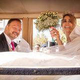 Jetzt kann gefeiert werden!In der Kutsche Platz genommen, sieht man, wie glücklich Fürstin Mahkameh und Alexander Fürst zu Schaumburg-Lippe sind. Wir gratulieren herzlich!
