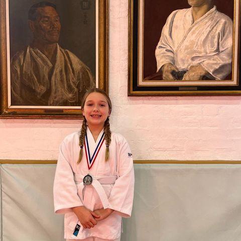 10. Oktober 2021  Ganz stolz ist Papa David Beckham auf seine Tochter Harper! Sie hat nämlich eine Silbermedaille in Judo gewonnen. Und ein Foto der süßen Gewinnerin mit zwei alten Meistern im Hintergrund muss natürlich auch sein.
