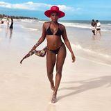 Hot, hotter, Nikeata Thompson! Die Tänzerin weiß genau, wie sie ihren durchtrainierten Körper in Szene setzen kann: Vor einer traumhaften Strandkulisse in Griechenland posiert sie in einem schwarzen Bikini und genießt die letzten Sonnenstrahlen des Jahres. Der rote Sonnenhut, die goldfarbenen Ohrringe und das lässig um die Hüfte gebundene Tuch machen den Sommerlook der 41-Jährigen perfekt.