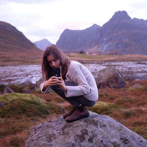Lily Collins urlaubt in den Lofoten
