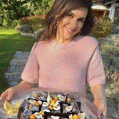 Viktoria Lauterbach mit Kuchen