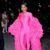 """Bei der """"Saturday Night Live""""-Aftershow-Party zeigt sich Kim Kardashian in einem Look, der einer echten Mode-Queen würdig ist. In einem neonpinkfarbenen Einteiler mit Federcape zieht die Reality-Queen alle Blicke auf sich. Zurecht! Denn wenn jemand dieses Outfit tragen kann, dann sie. Sie sieht einfach cool aus! Und natürlich: Ihr Make-up sitzt perfekt."""
