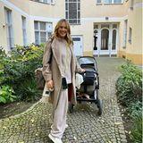 Alina Merkau mit Kinderwagen unterwegs