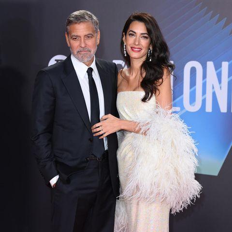 George Clooney und Amal Clooney posieren auf dem Red Carpet für die Fotografen.